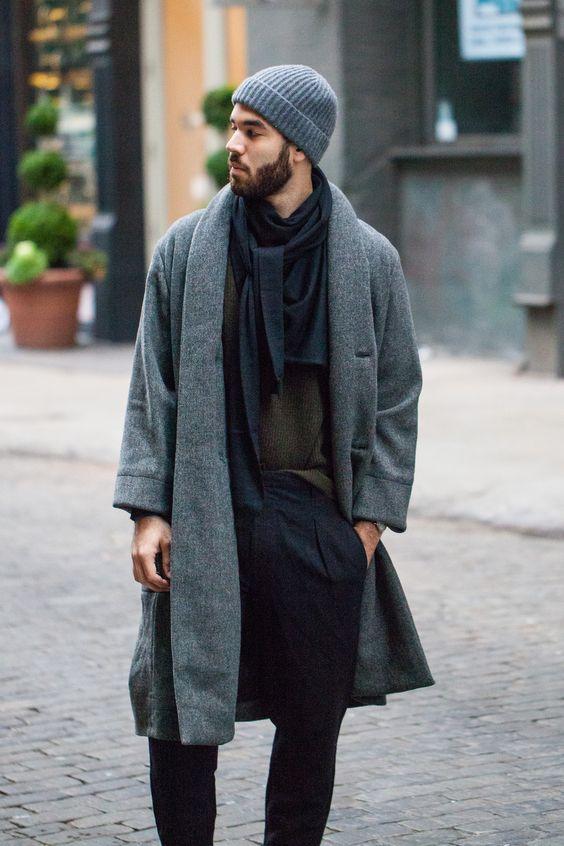 Pardessus-kimono assorti au bonnet et belle association de couleur pantalon- écharpe-pull.