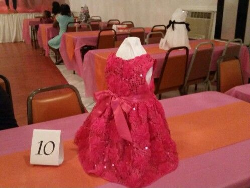 Baby girl shower idea: Centerpiece made out of a plastic gallon juice bottle and a baby dress over. Can be done for Baby Boy shower using boy outfits. Great idea and so chic.