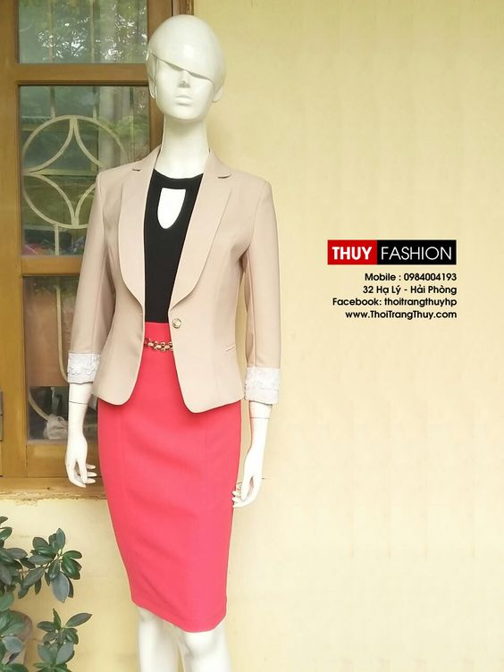Áo vest nữ được thiết kế cổ vạt bầu tạo vẻ mềm mại và nữ tính Liên hệ đặt may. Thời Trang Thuỷ - 32 Hạ Lý, Hải Phòng - 0984004193