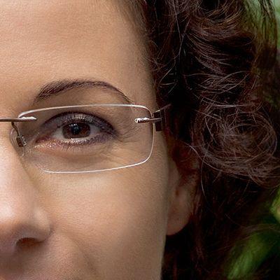 As lentes anti reflexo Carl Zeiss tornam a visão extremamente nítida e transparente, além de deixar os óculos muito mais atraentes! O revestimento Clean Coat evita a aderência da sujeira e pó, mantendo as lentes limpas por muito mais tempo! (Fonte Zeiss)  http://oticasribeira.wordpress.com/2013/11/12/lentes-anti-reflexo-carl-zeiss/