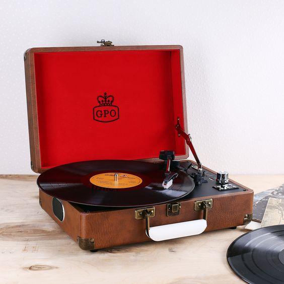 Sie suchen ein Geschenk für einen Schallplatten-Fan? Dieser nostalgische und hochwertige Plattenspieler ist mit Sicherheit das beste Geschenk, das Sie machen können. Der Plattenspieler ist in einen braunen Kunstleder-Koffer eingebaut. Der Beschenkte kann so jederzeit und überall seine Lieblingsplatten abspielen.