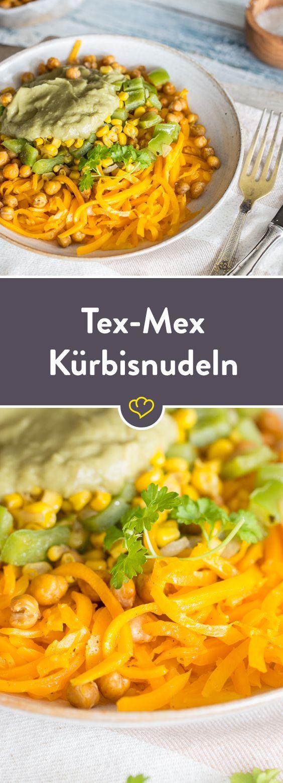 Geröstete Kichererbsen, Mais, Paprika-Mischung, Avocado Dressing und Kürbisnudeln. machen wenig Kohlenhydrate, kein Fleisch und besten Tex-Mex Geschmack!