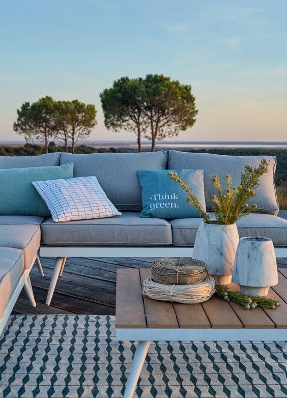 Le Confort Pour Profiter De L Heure Bleue Deco Decoration Decoration Jardin Inspiration Tendance Mobilier Jardin Salon Exterieur Salon De Jardin