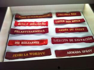 Viele Länder, viele Sprachen, eine Armee. Armbänder im Heilsarmee-Museum, London