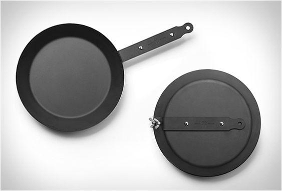 FRIGIDEIRA DE FERRO FUNDIDO - TAKEDOWN SKILLET Nós somos fãs do design simples e funcional, especialmente de produtos que são fáceis de embalar e transportar para qualquer lado.