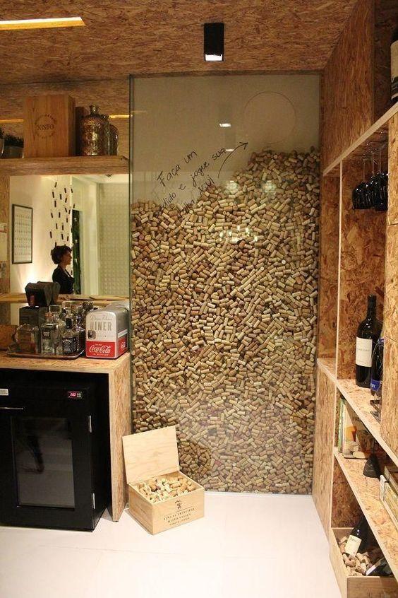 Un mur et une caisse en bois qui se construisent au fil des années et des bouchons de liège