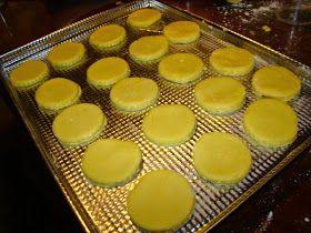 COCINA EN CASA: ALFAJORES DE MAICENA SIN GLUTEN Ingredientes para 20 alfajores: 250 gr de almidón de maíz, 250 gr de harina de arroz, 150 gr de mantequilla a punto pomada, 150 gr de azúcar, 10 gr de polvo de hornear, 2 huevos, esencia de vainilla a gusto y ralladura de cáscara de 1 limón. Dulce de leche sin TACC para el relleno y coco rallado para la decoración en c/n.