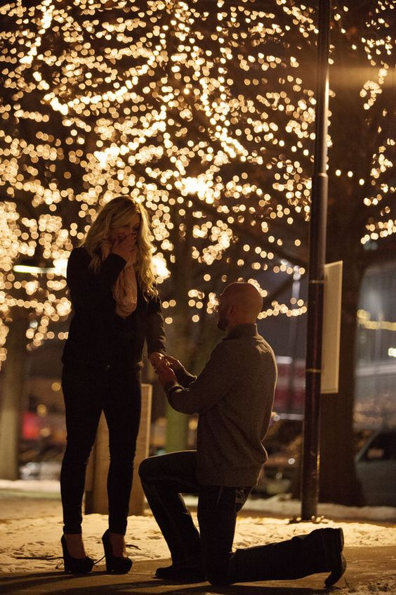 If your sweetheart loves the holiday season, you should definitely consider a proposal during this time of the year. Not only is everyone in a happy, festive mood already, but the twinkling lights, chilly weather, and beautiful decorations are incredibly romantic. Create the perfect holiday engagement story with these 5 easy tips. | The Perfect Holiday Proposal: 6 Tips to Make It Happen