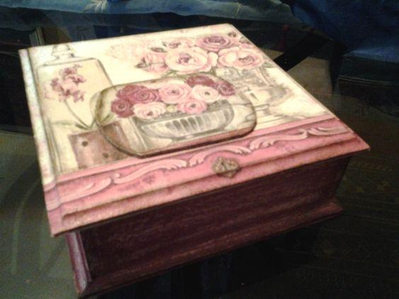 Caja estilo vintage, con aplicación en relieve, y envejecida.