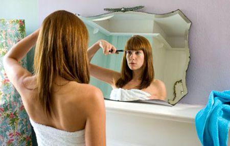 Una mujer cortándose el flequillo ella misma