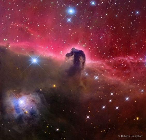 """Esculpida por los vientos estelares y la radiación, esta formidable nube de  polvo interestelar ha adquirido su forma reconocible por causalidad. Oportunamente llamada la  nebulosa Cabeza de Caballo , se encuentra a unos 1.500 años luz de distancia incrustada en el enorme complejo de nubes de Orion . Con unos cinco años luz """"de altura"""", está catalogada como  Barnard 33 y sólo se puede ver que el polvo oscuro se perfila contra la brillante nebulosa de emisión roja IC 434. Dentro de la nube…"""