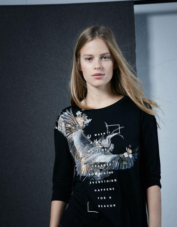 T-shirt estampado pássaro. Descubra esta e muitas outras roupas na Bershka com novos artigos cada semana