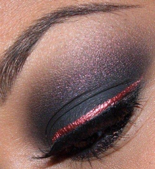 Eyeliner rosa e ombretto grigio blu