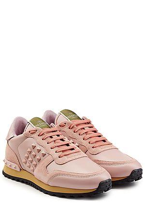 """Der+monochrome+Trend-Look+der+femininen+Sneakers+""""Rockstud""""+von+Valentino+wird+allein+durch+farbige+Akzente+an+der+Zunge+und+der+Sohle+unterbrochen+#Stylebop"""