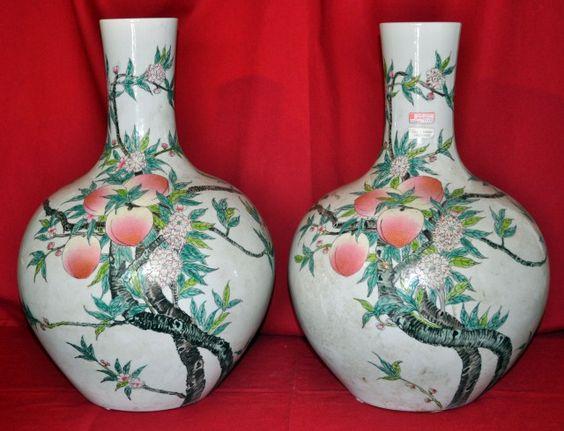 Coppia grandi vasi a fiasco con fiori e frutti di pesco simbolo di fortuna.Dinastia Ching fine '800.Altezza 55 cm