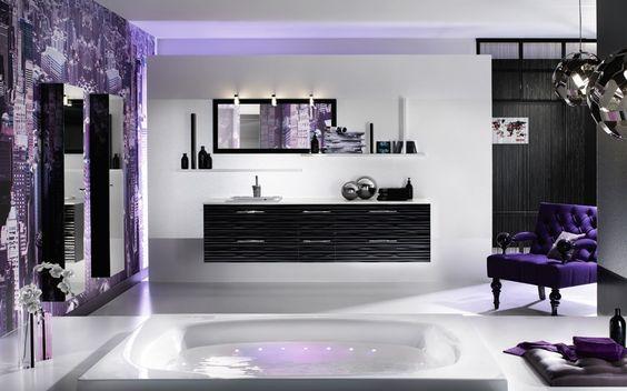 Decoración de cuarto de baño con arte color purpura