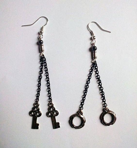 Orecchini pendenti con catene e chiavi ed anelli color bronzo scuro e sfere di vetro nero