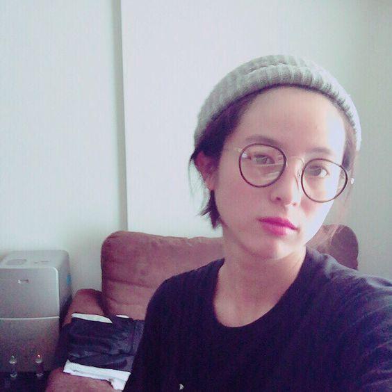 メガネをかけた清野菜名