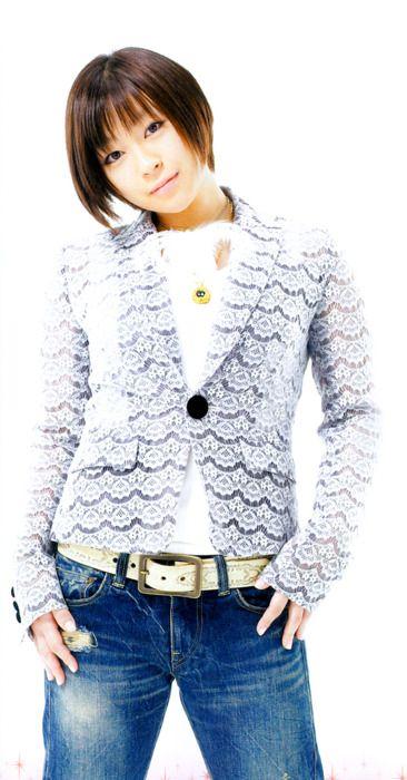 レースジャケットを着ている宇多田ヒカル