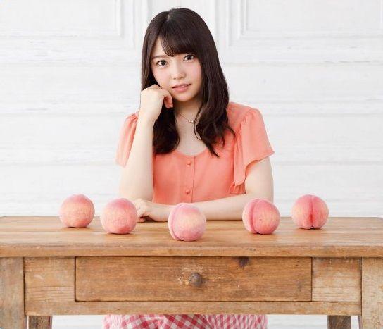 桃を並べた麻倉ももさん