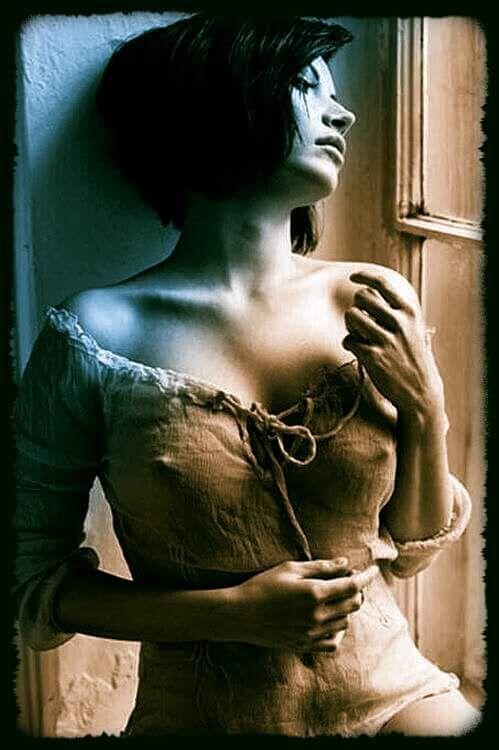 Y así nos acercamos, lentamente,  sin saber muy cómo,  pero pisando la ceniza última,  al punto más distante y cercano a la vez de lo desconocido:  el cuerpo intacto, puro, soñado, del poema.   ¿Qué queda, entonces, nuestro,  de nosotros,  o para quién dejamos de ser lo que hemos sido?  Vicente Valero.
