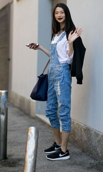 Look: Jardineira Jeans + Tênis: