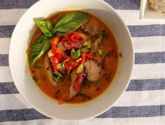 Pollo al curry rojo tailandés: sabor y aroma oriental, en tu mesa