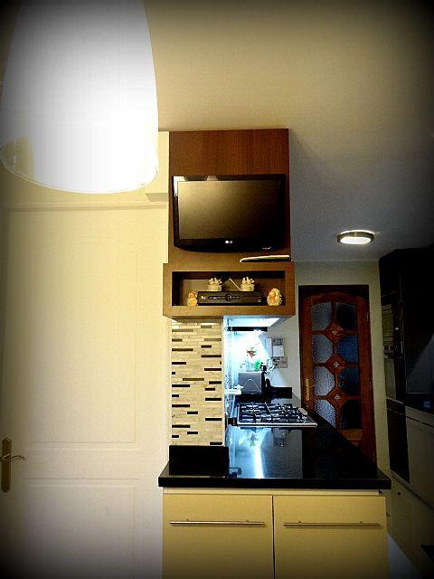Cocina empotrada, mueble enchapado, tiradores metálicos satinados ...