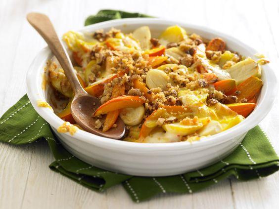 Kürbis-Gemüseauflauf mit Nusskruste | Kalorien: 452 Kcal | Zeit: 1 Std. 10 Min. | http://eatsmarter.de/rezepte/gemueseauflauf-mit-nusskruste