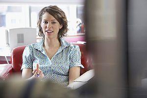 Typische Aufforderung im Jobinterview: Erzählen Sie mal was über sich!  So reagieren Sie in der Selbstpräsentation richtig:   http://karrierebibel.de/selbstpraesentation-im-bewerbungsgespraech-erzaehlen-sie-mal-was-ueber-sich/