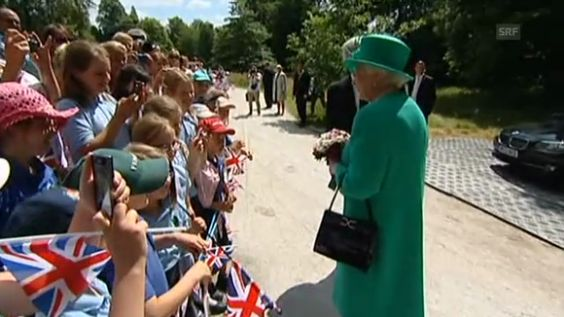 Queenl Elizabeth  at Lake Windmere | Queen Elizabeth II. über das «Royal Baby» (unkomm.)
