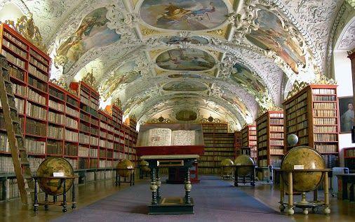 La Bibliothèque du monastère Stahov à Prague en République Tchèque. La Bibliothèque est célèbre pour son architecture originale, avec des p...: