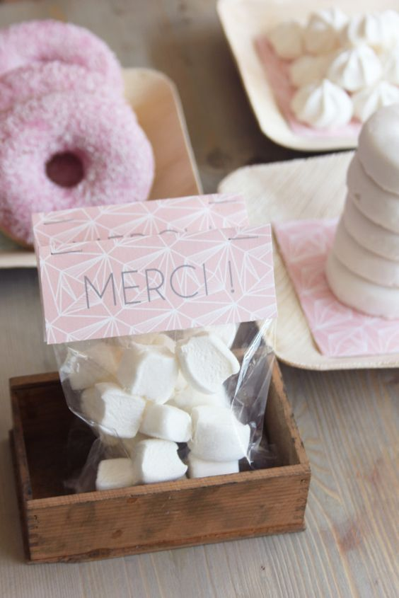 idée cadeaux invité : sachet (transparent ou papier) de confiseries avec étiquette