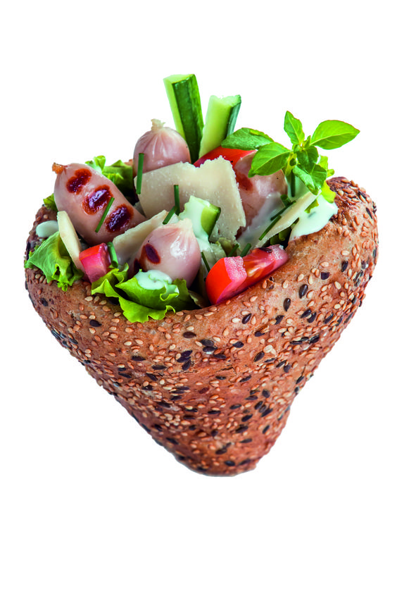 Fittness: saláta, paradicsom, parmezán, remoulade mártás, frissen sült kenyértölcsérben, helyben grillezett csirkemell kolbászkákkal