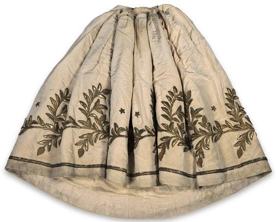Saia do traje de gala que pertenceu à imperatriz dona Teresa Cristina Maria.  Feita de tecido (tafetá) e renda.  Museu Imperial
