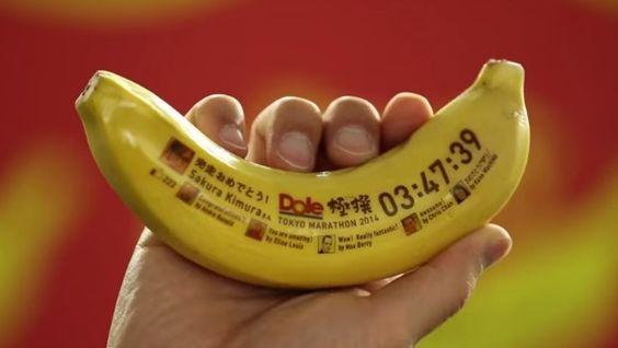 Dicen que tomar plátano después de un entrenamiento o gran esfuerzo es bueno para los deportistas, por lo que la marca de fruta Dole pensó que podía ser una buena idea estar presentes en la Maratón de Tokyo para promocionar su variedad de plátanos 'Gokusen'.