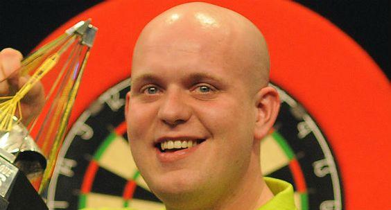 Darten. Michael van Gerwen heeft de winnaarsgroep in the Champions League of Darts 2013 eindelijk bereikt. Vijf keer recht is scheepsrecht. ...