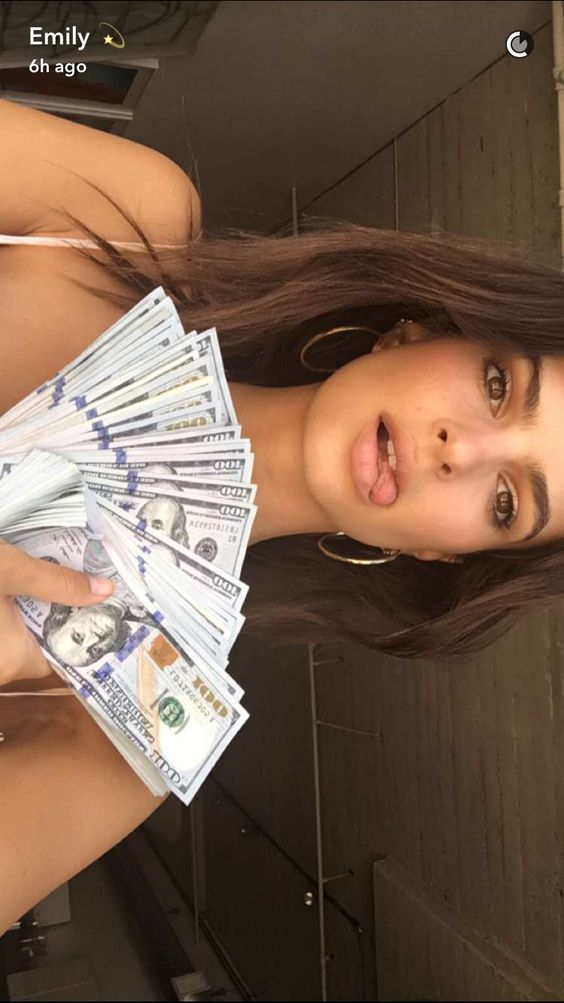 Emily Ratajkowski    Snapchat (August 10, 2016)
