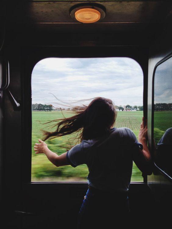 El viento anuncia la llegada del verano en el norte. El verano trae viajes en tren, en avión en barco, baños en el mar y caminatas por la arena y las montañas.: