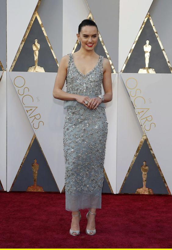 """Combina vestidos de pedrería con zapatos en clave #plata como Daisy Ridley, la nueva chica """"Star Wars"""" en su última aparición estelar en la gala de los Premios Óscar ¡Diseña ya los tuyos! http://goo.gl/FaMU5b"""