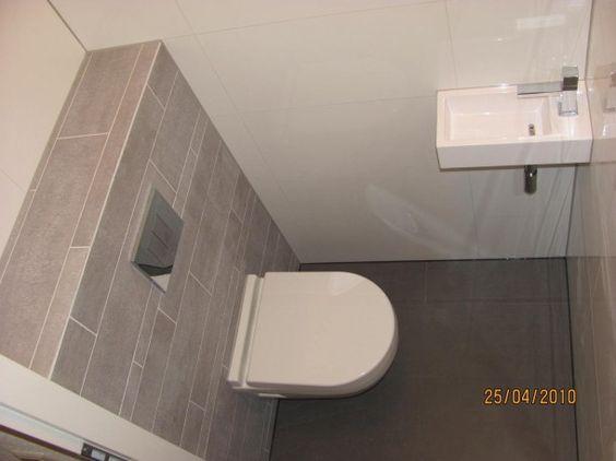 Wc voorbeeld kleurcombinatie tegels met stroken op achterwand door femkestultiens badkamer - Wc tegel ...