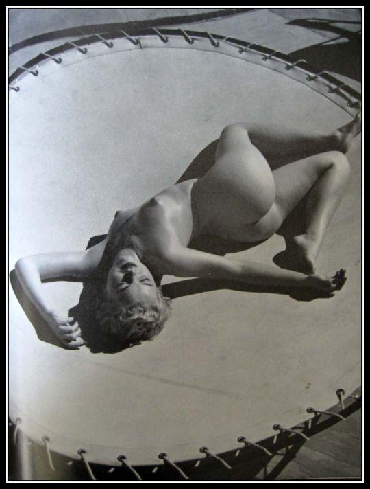 Andre de Dienes, photographe américano-hongrois (1913-1985) - Marilyn Monroe allongée nue sur un trampoline (1953)