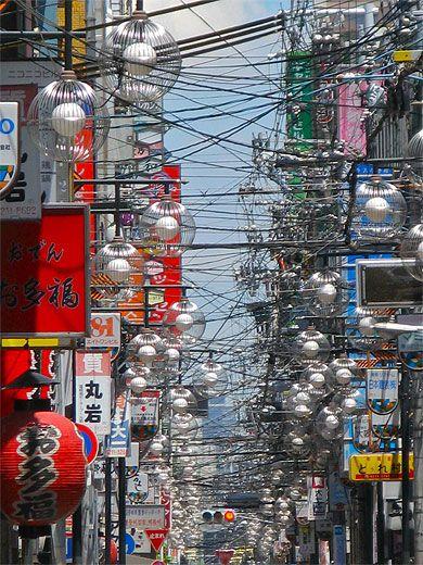 大阪・街灯のひしめく繁華街