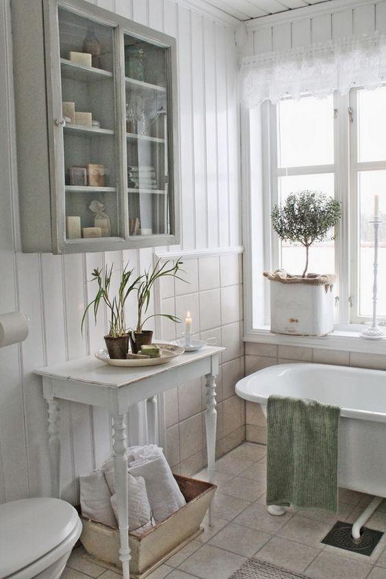 bianco sguardo bagno squallido con tocchi rustici
