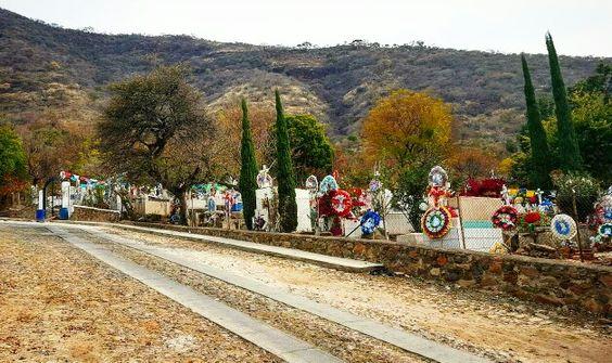 Un cementerio que honra con alegría a sus seres queridos en San Pedro Itxican  Municipio de Poncitlan Jalisco
