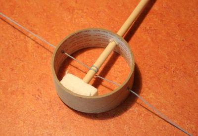 Stab und Schnur durch die Pappkernrolle