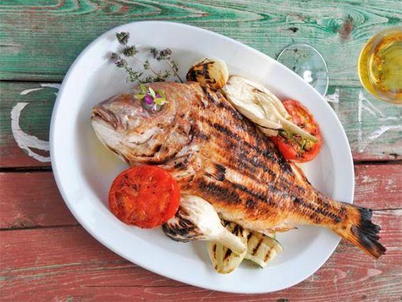 Legen Sie zur Abwechslung doch mal einen Fisch mit frischem Sommergemüse auf den Rost. Freuen Sie sich auf ein aufregendes Kocherlebnis. www.fuersie.de/kochen/grillrezepte/artikel/gefuellte-dorade-vom-grill