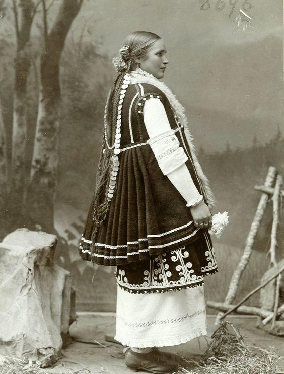 Български костюми Снимка от личния архив на Биляна Карастоянова: