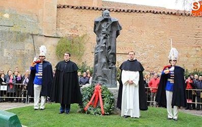 El prior del Convento de San Esteban, fr. Ricardo de Luis Carballada, acompañó al alcalde de Salamanca en la ofrenda floral que cada año se hace ante la escultura de Miguel de Unamuno.