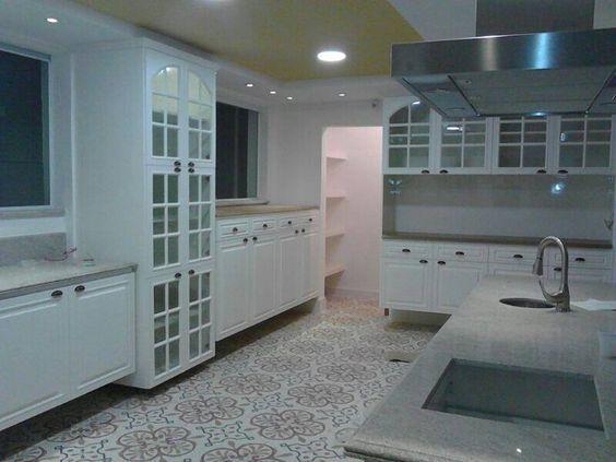 Cozinha Branca.. Laqueada com puxadores em concha acabamento ouro velo.. constratando